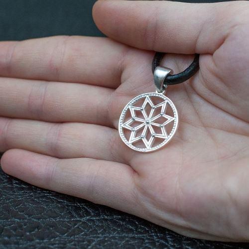 Серебряная звезда Сварога оберег на ювелирной подставке