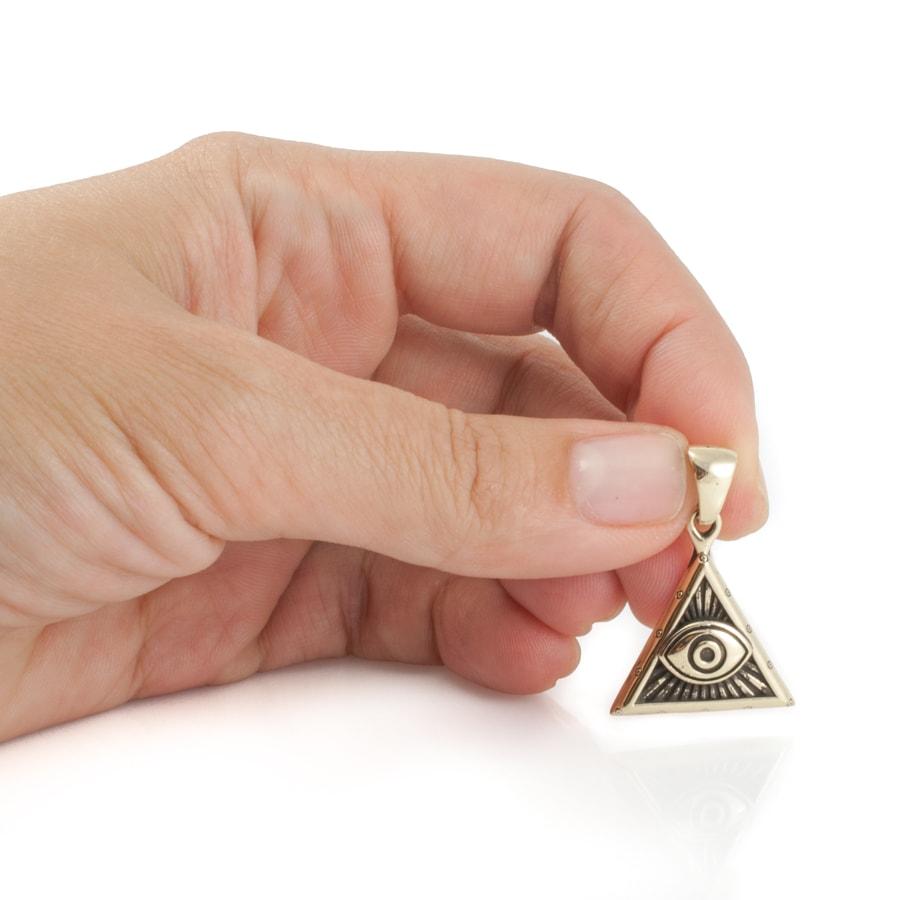 Всевидящее око в руке