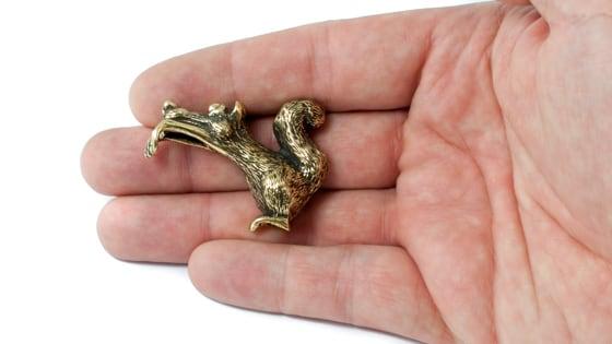 Бронзовая шутливая миниатюра - белка веселая.