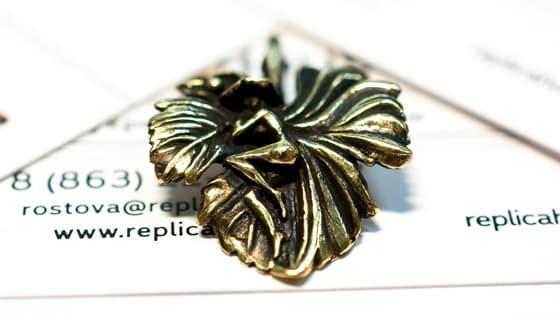 Красивый бронзовый кулон Эльф на листе.