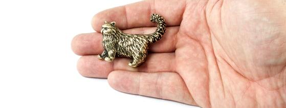 Бронзовая фигурка кота персидского, фото на руке.