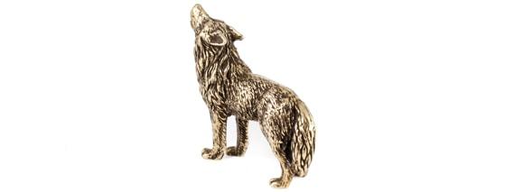 Бронзовая фигурка воющего волка.